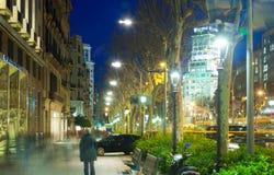 在Passeig de Gracia的步行区域在冬天晚上 库存图片