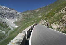 在Passo dello Stelvio的Mountainbiking 图库摄影