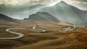 在Passo Giau,白云岩,意大利的蜒蜒路 免版税库存照片