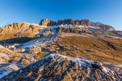 在Passo Pordoi的日出白云岩的在意大利 免版税库存照片