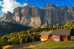 在Passo Pordoi的Alpin小屋有Sella小组的,白云岩,意大利语A 免版税库存照片