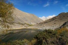 在Pasu冰川在秋天,北巴基斯坦附近的Borith湖 库存图片