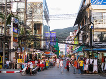 在Patong海滩的拥挤的街 库存图片