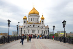 在Patriarshiy桥梁上,多云9月天 基督大教堂的看法救主,莫斯科 免版税图库摄影