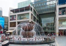 在Pavillion商城之外的著名水晶喷泉 免版税库存照片