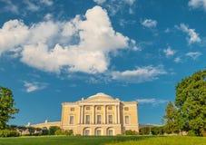 在Pavlovsk宫殿上的天空 库存照片