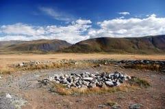 在Pazyryk文化古老Scythian埋葬站点的考古学挖掘在河Ak-Alaha的 库存照片