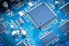 在pcb板的电子线路芯片 免版税库存图片