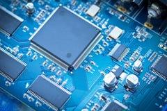 在pcb板的电子线路芯片 库存图片
