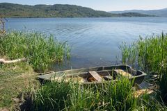 在Pchelina水坝,保加利亚的老小船 库存照片