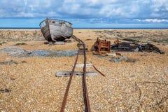 在Pebble海滩的老木渔船 库存照片