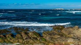 在Pebble海滩, Pebble海滩,蒙特里附近的岩石岸半岛 免版税库存图片