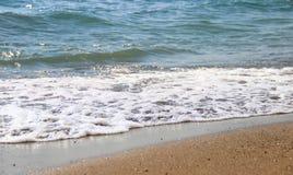 在Pebble海滩的波浪 库存图片