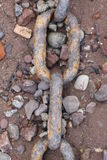 在Pebble海滩的生锈的链子 库存照片