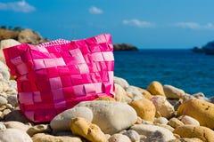在Pebble Beach的桃红色袋子 库存照片