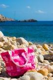 在Pebble Beach的桃红色袋子 免版税库存照片