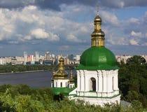 在Pechersk lavra塔` s的看法在基辅,乌克兰 库存图片