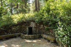 在Pedras Salgadas自然公园的老石fontain和在葡萄牙的北部的传统温泉 库存照片