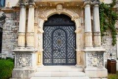 在Peles博物馆的门在Sinaia,罗马尼亚。 免版税库存图片