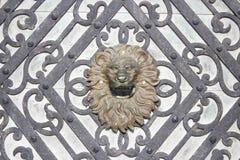 在Peles城堡门,罗马尼亚的金黄狮子头 免版税库存照片