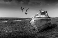 在Penclawdd出海口的被放弃的小船 免版税库存图片