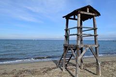 在Peraia,塞萨罗尼基希腊的被放弃的救生员塔 作为背景蓝色海运太有用的墙纸 库存图片