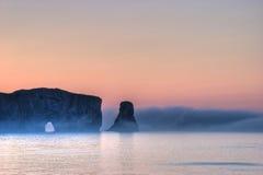 在Perce岩石的有雾的早晨在加斯佩,加拿大 库存照片