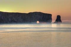 在Perce岩石的有雾的早晨在加斯佩,魁北克 免版税图库摄影