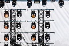 在perfor期间,聚光露天舞台的照明的系统 免版税图库摄影
