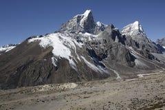 在Periche村庄,尼泊尔附近的雪山 库存照片