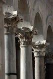 在Peristyle的三个哥林斯人专栏在Diocletian的宫殿 免版税库存照片