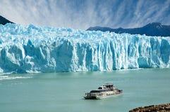 在perito航行附近的小船冰川莫尔诺 库存照片
