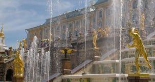 在Pertergof慢动作的喷泉盛大小瀑布 影视素材