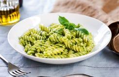 在Pesto调味汁的Fusilli 库存图片