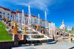 在petergof,俄国的全部级联喷泉 免版税库存照片