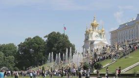 在Peterhof公园,教会的金黄圆顶的著名伟大的小瀑布 俄国沙文主义情绪在风 股票录像