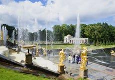 在Peterhof夏日宫殿复合体的盛大小瀑布  免版税库存图片