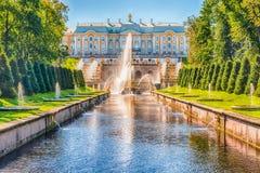 在Peterhof宫殿和海海峡,俄罗斯的风景看法 图库摄影