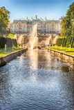 在Peterhof宫殿和海海峡,俄罗斯的风景看法 免版税库存照片