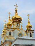 在Peterhof宫殿的圆顶 免版税库存照片
