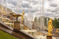 在Peterhof的盛大小瀑布喷泉,在圣彼得堡附近 库存图片