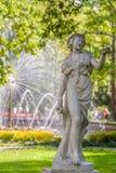 在peterhoff喷泉公园的古老雕塑 库存照片