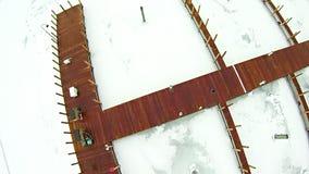 在petoskey江边小游艇船坞附近的冻密执安湖 免版税库存照片