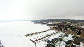 在petoskey江边小游艇船坞附近的冻密执安湖 免版税库存图片