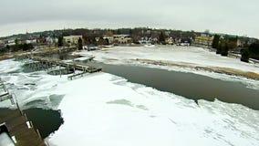 在petoskey江边小游艇船坞附近的冻密执安湖 库存照片