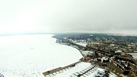 在petoskey江边小游艇船坞附近的冻密执安湖 免版税图库摄影