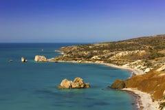 在Petra tou Romiou的塞浦路斯海岸线。 图库摄影