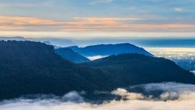 在Pha Mo的山我Daeng峭壁和薄雾早晨 图库摄影