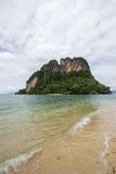 在Phak Bia海岛,奥律县,泰国的透明的海水,宜人和遮荫大气 免版税库存图片
