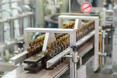 在pharmaceu的生产线传动机的不育的瓶 库存照片